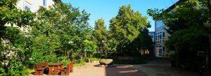 Der grüne Innenhof der Berufsbildenden Schulen 1 in Uelzen zum Erholen.